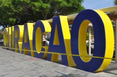 De toeristentrekpleister in Punda, het woord Curaçao, krijgt de kleuren van het land