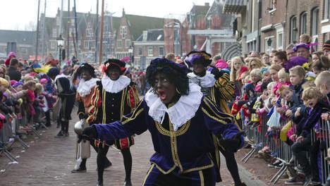 © ap.  Zwarte Pieten tijdens de Sinterklaasintocht vorig jaar.