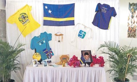 In de kapel waren foto's en kenmerkende, persoonlijke spullen van Kevin te zien. De T-shirts van Curaçao die de overledene als een ware ambassadeur droeg, waren tentoongesteld. FOTO EL TRIBUTO