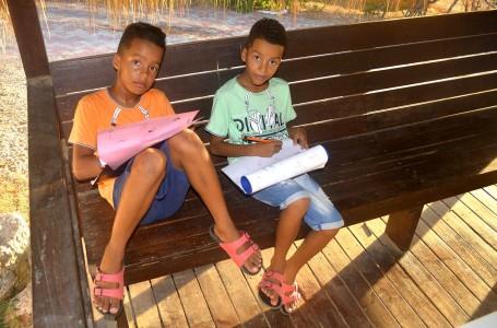 Justin & Jaylen (9) maken weer huiswerk - Foto |  Dick Drayer
