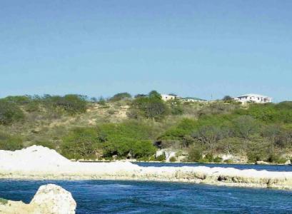 Deze bouwwerken, op de top van de heuvel, zijn illegaal gerealiseerd op overheidsterrein in conserveringsgebied.