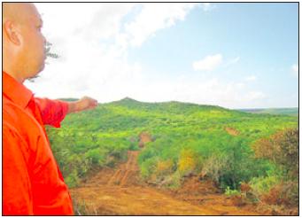 FKP-directeur Arthur Con bij het hier nog mooie groene gebied van Wechi.