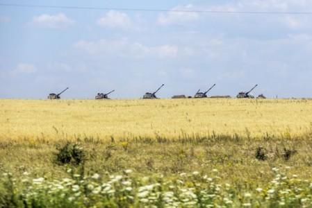 Oekraïense tanks tussen het koren in het dorpje Debaltseve - Foto |  AFP