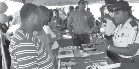 Er was veel belangstelling op de banendag van de politie. Het overwerkprobleem zou met meer mankracht opgelost kunnen worden. FOTO JEU OLIMPIO