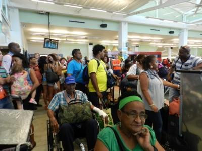 Passagiers wachten op informatie terwijl hun vlucht flink vertraagd is - Foto |  © Belkis Osepa