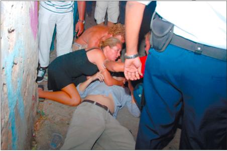 Curaçaoenaar Carlos Moreno raakte donderdag gewond toen manifestanten een baksteen naar zijn hoofd gooiden. Enkele omstanders schoten hem ten hulp, anderen vluchtten weg. Foto    Jason Lau K.