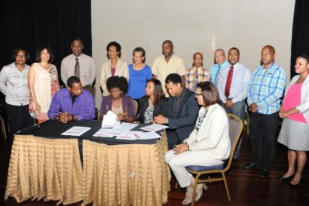 De minister slaat de handen ineen met de schoolbesturen van Curaçao en daarom werd gisteren gezamenlijk het protocol getekend. FOTO'S JEU OLIMPIO