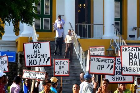De advocaten Sulvaran, Eustatius en Peterson bij het binnengaan van het Stadhuis. Zij kregen veel steun van een groep aanhangers met protestborden. | Foto Dick Drayer
