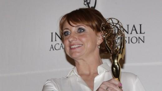 Bianca Krijgsman toont haar Emmy Award AFP