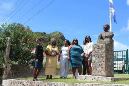 De bronzen buste van Samuel Charles staat nu bij het politiekantoor. Op de foto zijn vrouw en kinderen met korpschef Buitink - Foto |  Hazel Durand