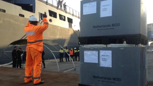 In de haven van Freetown worden de hulpgoederen uitgeladenKees Broere / NOS