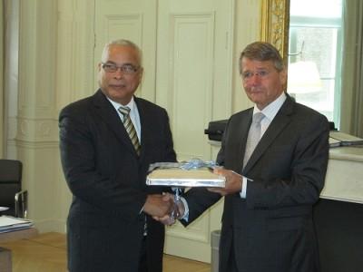 Archief: beoogd premier Marcel Gumbs op bezoek bij voormalig minister Donner   Foto Dick Drayer