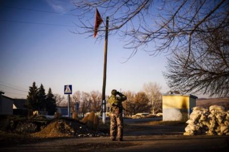 Een lid van de pro-Russische separatisten kijkt naar de posities van het Oekraïense leger in Oost-Oekraïne. Foto AFP / Dimitar Dilkoff