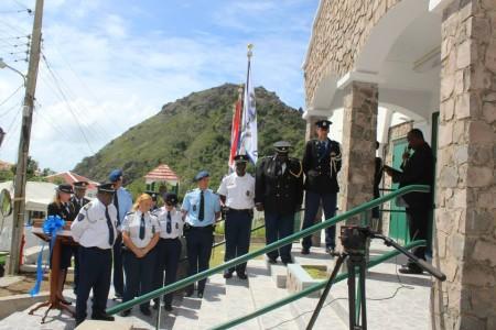Korps van Saba op de trap van het gerenoveerde politiekantoor - Foto |  Hazel Durand