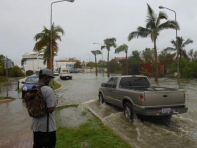 Een wandelaar staat verloren voor de universiteit, naar de overstroming te kijken.  Foto Today / Hilbert Haar