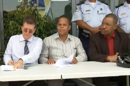 Direkteur van CAH, Maurice Adriaens (links), Minister Navarro (rechts) en zijn voormalig medewerker Humprey Josefa (midden) ondertekenen het contract voor Politur