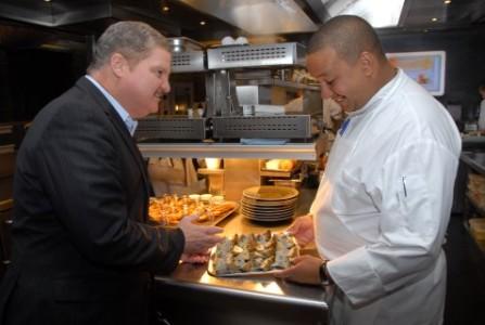 Sterrenkok François Geurds tijdens een eerder bezoek dat premier Mike Eman aan zijn restaurant bracht. FOTO NICO VAN DER VEN