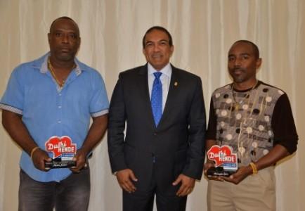 Nelson Janzen en Milangelo Leito hielpen beroofde Braziliaanse toeiristen en kregen van minister Palm een 'Dushi Hende'-award. FOTO'S CTB