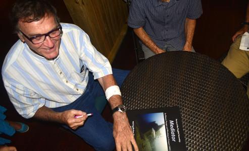 Dr. Wil Nagelkerken signeert zijn boek 'Mediator' | Foto | Persbureau Curaçao
