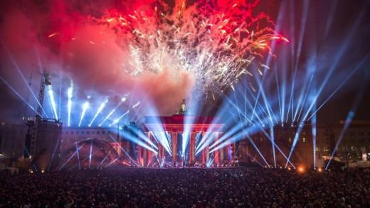Voor de Brandenburger Tor staan duizenden mensen te kijken naar het vuurwerk | AFP.