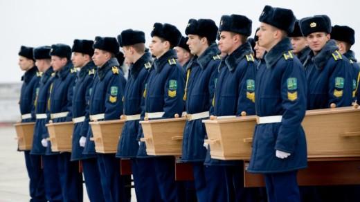De kisten worden in Charkov naar het vliegtuig gedragen | ANP.