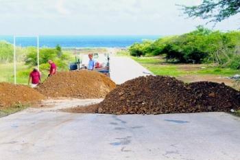 De CAH-medewerkers waren vanochtend bezig met de afsluiting van de toegangsweg naar 'shut'. Middels het opwerpen van zandhopen hoopt men vacuümtrucks met industrieel afval te weren. Het gebied blijft voor recreanten en de vissersgemeenschap toegankelijk.