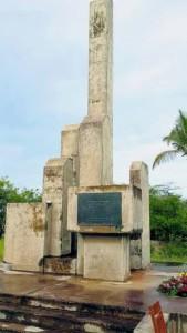Kransen tijdens de herdenking bij het monument aan de voet van de Julianabrug.