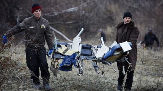 Vrijwilligers in Grabovo zoeken naar wrakstukken MH17