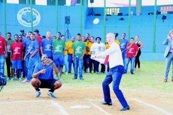 Minister Ronald Plasterk bracht gisteren met minister Nelson Navarro een bezoek aan het honkbalproject voor jongeren van de Sta. Maria Pirates. Ook ging hij naar het herstelproject van Fort Beekenburg, waar hij sprak met minister Irene Dick.