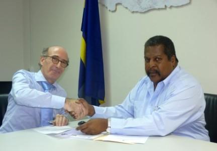 Minister Ben Whiteman en de nieuwe Inspecteur Volksgezondheid Gersji Rodrigues Pereira (links). FOTO REGERING CURAÇAO