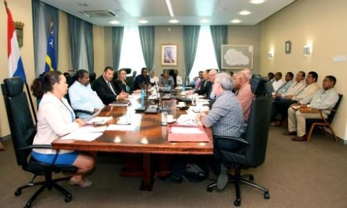 Premier Asjes en minister Whiteman met de leden van de taskforce voor ebola en chikungunya. FOTO AMARCELLY MARTIS