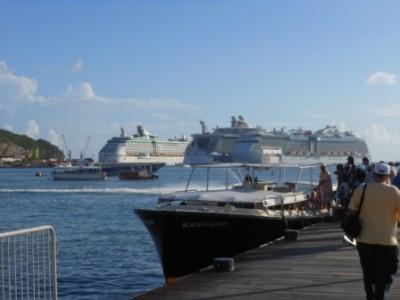 Toeristen gaan aan board van een bootje dat hen naar de achterliggende cruiseschepen zal brengen Foto |  Today / Hilbert Haar