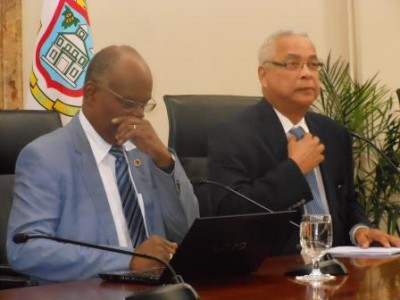 Minister Dennis Richardson (l) en minister-president Marcel Gumbs tijdens de persconferentie | foto: Today/Hilbert Haar