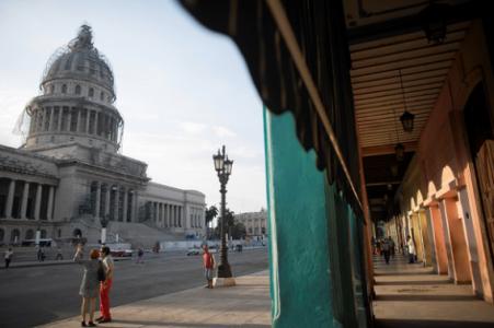 Toeristen in Havanna. Door de onlangs aangehaalde diplomatieke betrekkingen tussen de VS en Cuba is het voor Amerikaanse toeristen makkelijker geworden om het land bezoeken   Foto: Reuters / Alexandre Meneghini