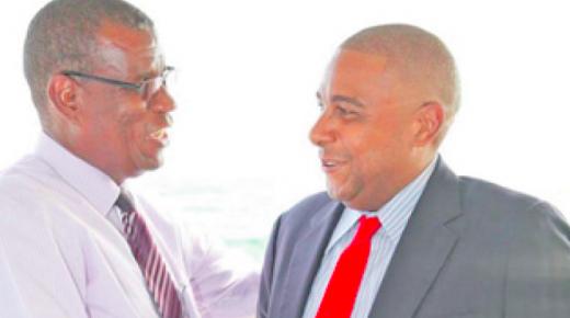 PNP-partijleider Humphrey Davelaar en voormalig PNP-minister Earl Balborda schudden elkaar in betere tijden de hand. | FOTO ARCHIEF AD