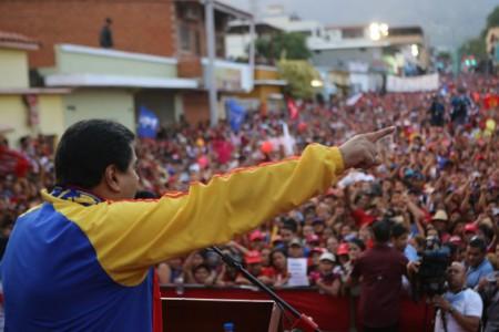 Nicolas Maduro deze week tijdens een van zijn publieke optredens waarin hij de focus legt op het Amerikaanse gevaar, terwijl elders in het land aanhoudend wordt gedemonstreerd tegen zijn regering | Foto ANp-EPA / Miraflores Palace