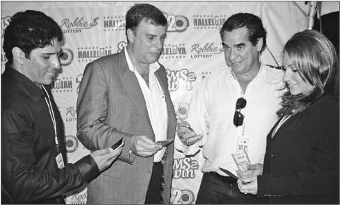 In september 2008 introduceerde Robbie's Lottery op St. Maarten een nieuwe manier om nummers te kopen via sms. Vlnr. Ringelio de Cuba (Robbie's Lottery), Glen Carthy (UTS), Robbie dos Santos en zijn dochter Stephanie dos Santos   FOTO JEU OLIMPIO