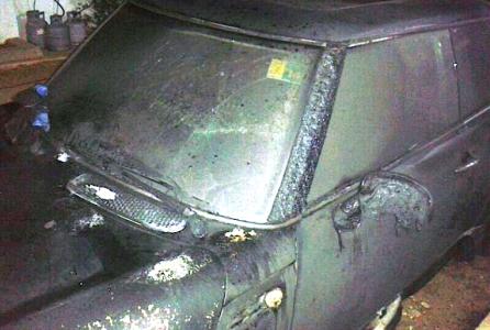 De tweede uitgebrande auto van journalist Richeron Balentien
