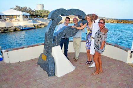 Dolfijn Copan is vereeuwigd in steen.
