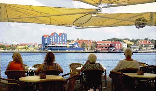 Toeristen genieten van het uitzicht in de haven   Foto Ken Wong
