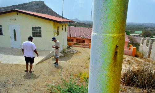 Groen-gele aanslag op huizen en straatmeubilair in de wijk Wishi | Foto: Persbureau Curacao