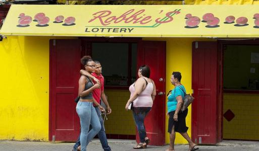 Een van de vele filialen in Willemstad van loterijketen Robbie's Lottery. Op Curaçao is (illegaal) gokken erg populair, dagelijks wordt er voor zo'n 500 duizend euro vergokt. © Guus Dubbelman