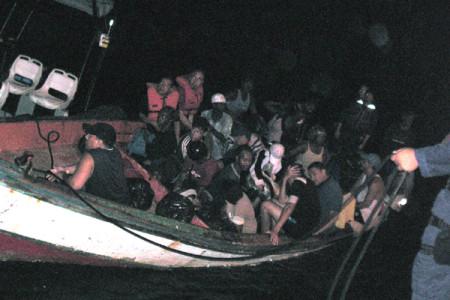 Een boot met illegale immigranten uit Venezuela is aangehouden door de kustwacht | foto: Kustwacht