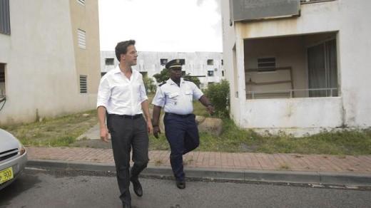 Mark Rutte wordt rondgeleid door de achterstandswijk Dutch Quarter op Sint Maarten (foto 2013). © ANP