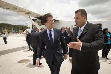 Minister-president Mark Rutte wordt bij aankomst op het vliegveld Hato verwelkomd door zijn collega Ivar Asjes van Curaçao, op een archieffoto uit 2013 | Foto ANP / Evert-Jan Daniels