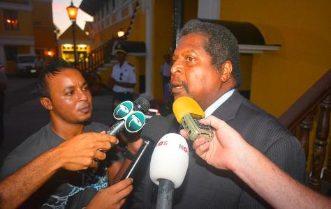 Ben Whiteman staat de pers kort te woord nadat hij is ingezworen als nieuwe premier van Curaçao | Foto Persbureau Curacao