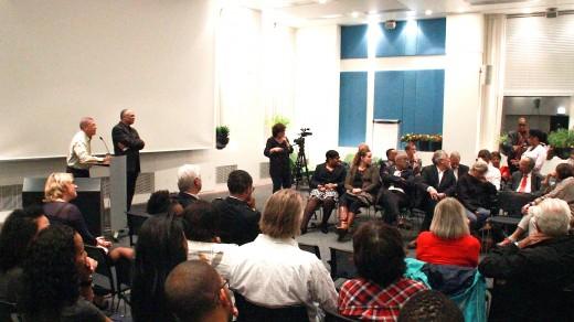Schrijver Jopi Hart in gesprek met het publiek in Amsterdam over criminaliteit en agressiviteit onder Curaçaose jongeren   foto: John Samson