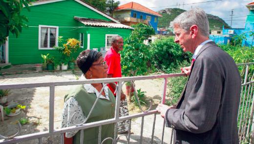 Minister Plasterk van Koninkrijksrelaties praat met bewoners in Willemstad tijdens een bezoek dat hij in 2013 aan de Antillen bracht | Foto ANP Prince Viktor