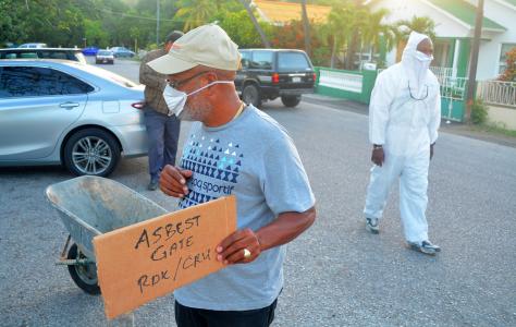 Eugene Angelica demonstreert tegen 'Asbest Gate' | Foto: Perbureau Curacao