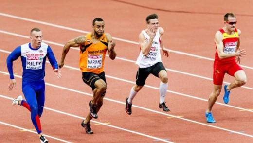 Brian Mariano (tweede van links)